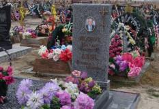 Памятник мужчине на кладбище