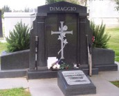 Католические памятники на кладбище