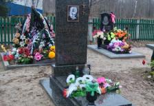 Памятник сестре на кладбище