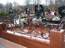 Гранитная ограда на кладбище