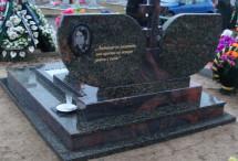 Памятник девушке на кладбище
