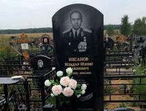 Памятник военному на кладбище