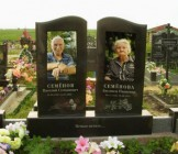 Цветные памятники на кладбище